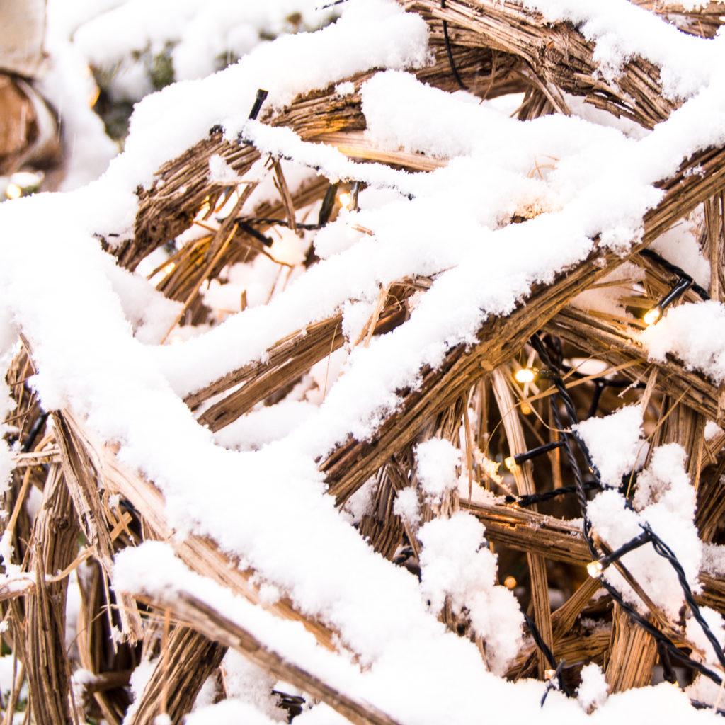 Boules de Noël en liane sous la neige